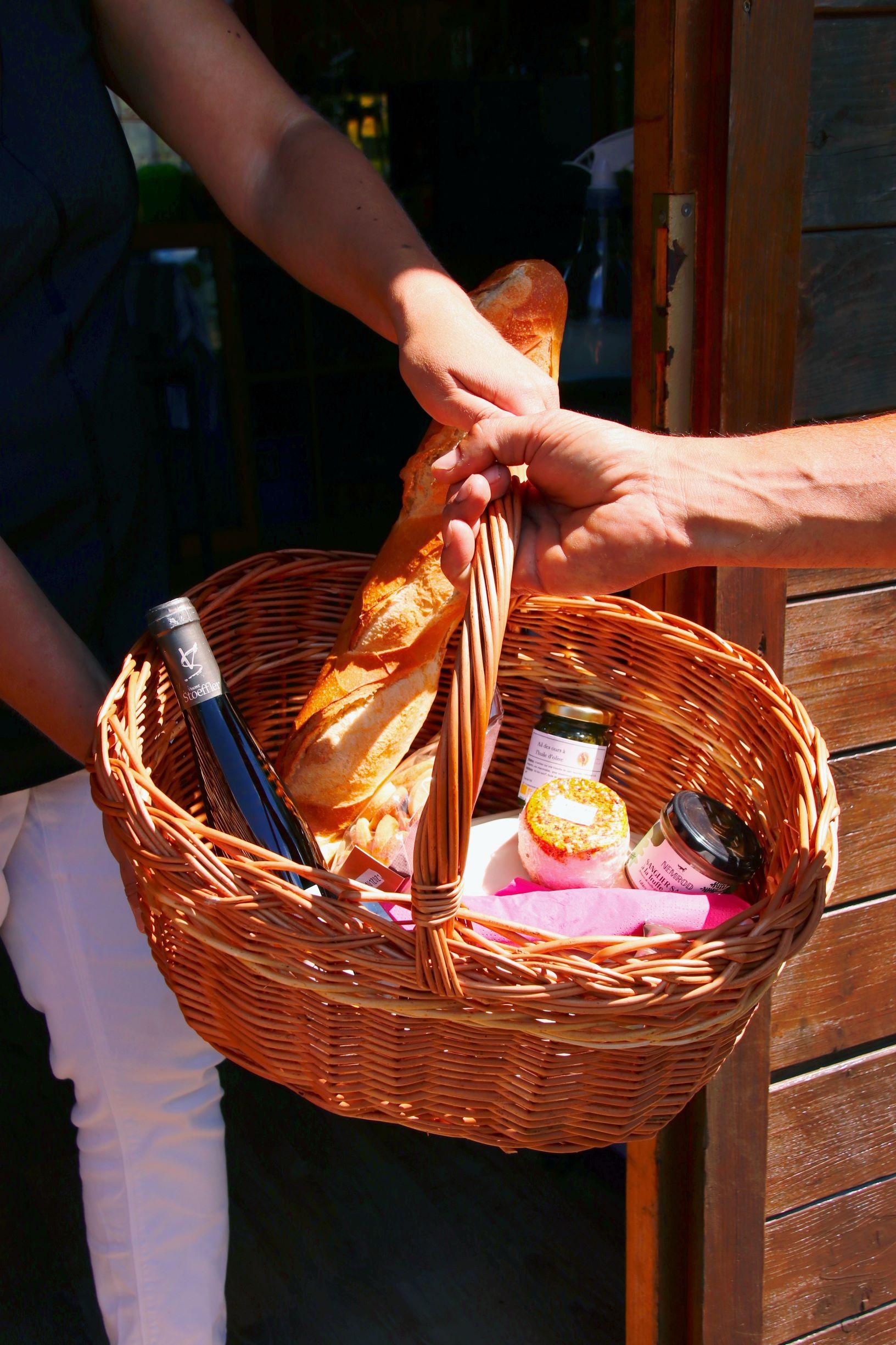 Dans une optique locavore, écologique et biologique, le Parc Nature de Cheval vous propose une petite restauration entièrement revisitée : un panier pique-nique à composer suivant vos envies et que vous pouvez déguster aux différentes tables mises à disposition dans tout le parc.